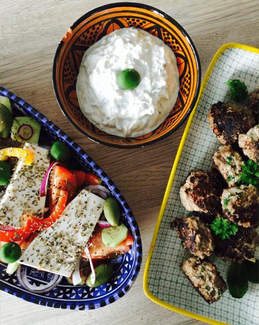 SUND LIVRET: Keftedes (græske kødboller) med græsk salat og tzatziki
