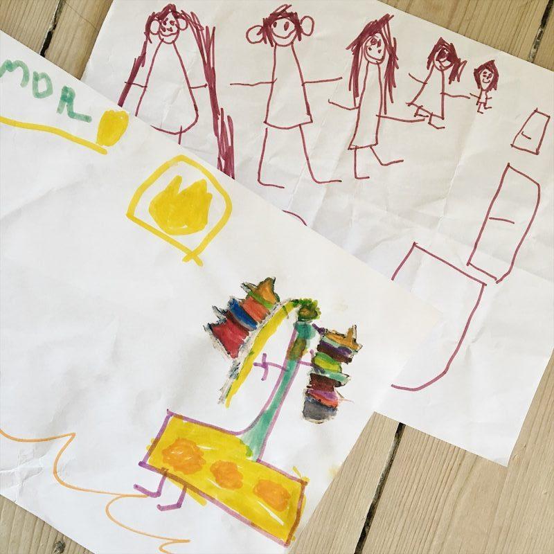 Uma har tegnet hendes fremtidsdrømme - på den ene tegning kan hun flyve. På den anden er det familien der er sammen. Uma, far, mormor, mor og Sofus. Morfar er ude at løbe ;)