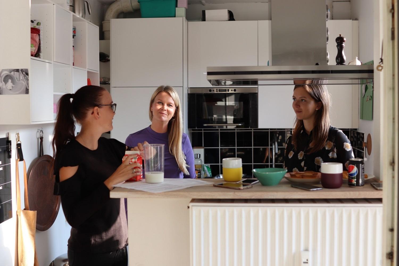 Line-Sofie, mig og Anna i køkkenet imens maden bobler i ovnen...