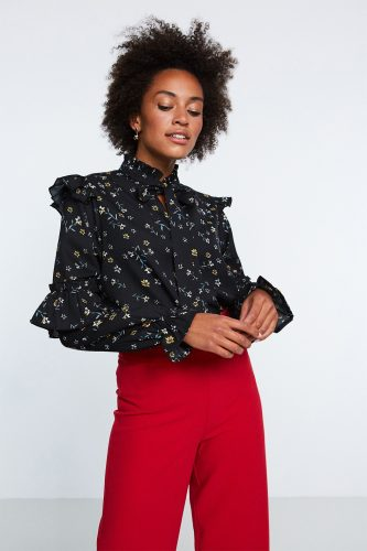 sort-bluse-med-blomster