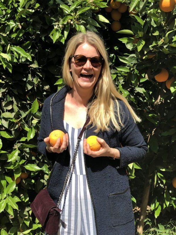 Jeg kunne helt sikkert have fundet et mere flatterende billede af mig selv, men altså det indeholdt både (sunde) appelsiner og nogle glade dobbelthager, hvilket afspejler indholdet i indlægget her ;)