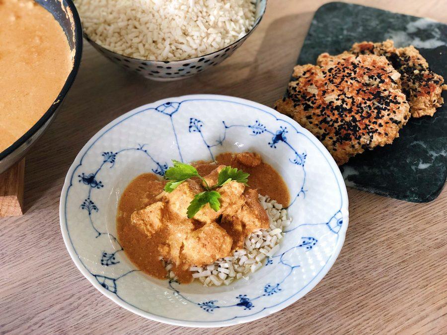 Indisk butter chicken med blomkålsris og glutenfri naanbrød