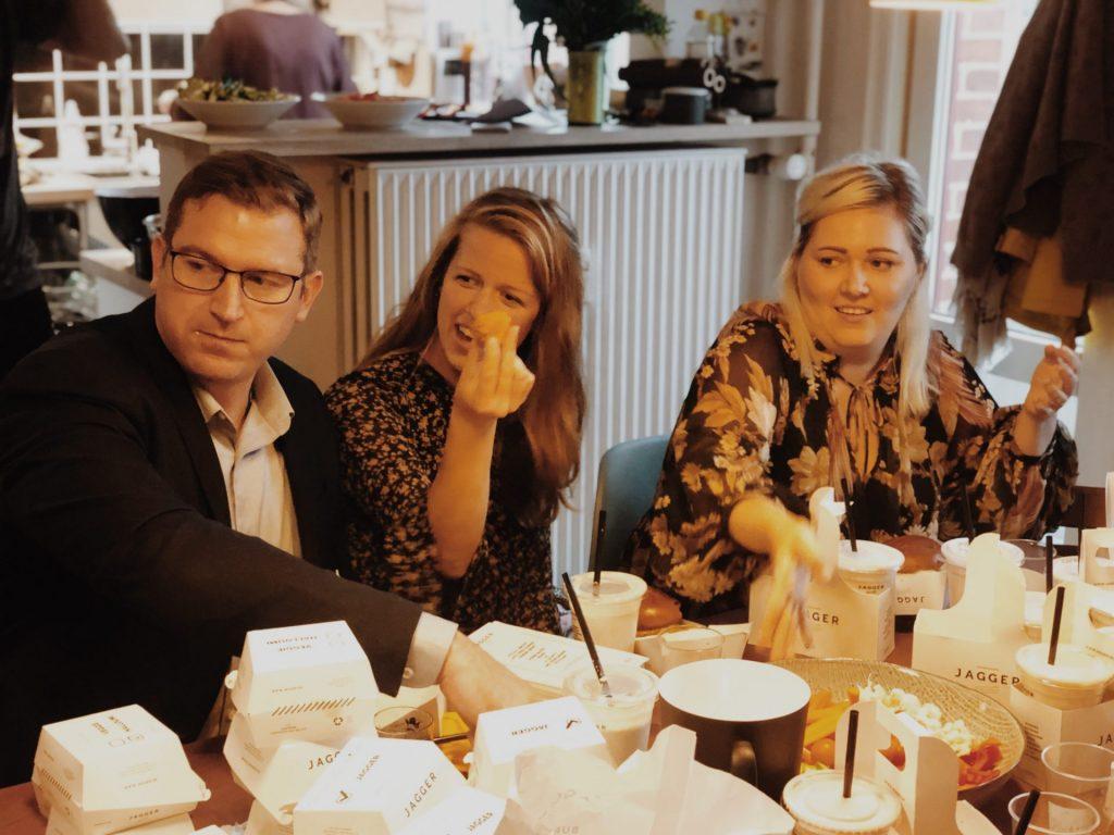 Fødselsdagsfejring med burgere fra jagger og Milkshakes