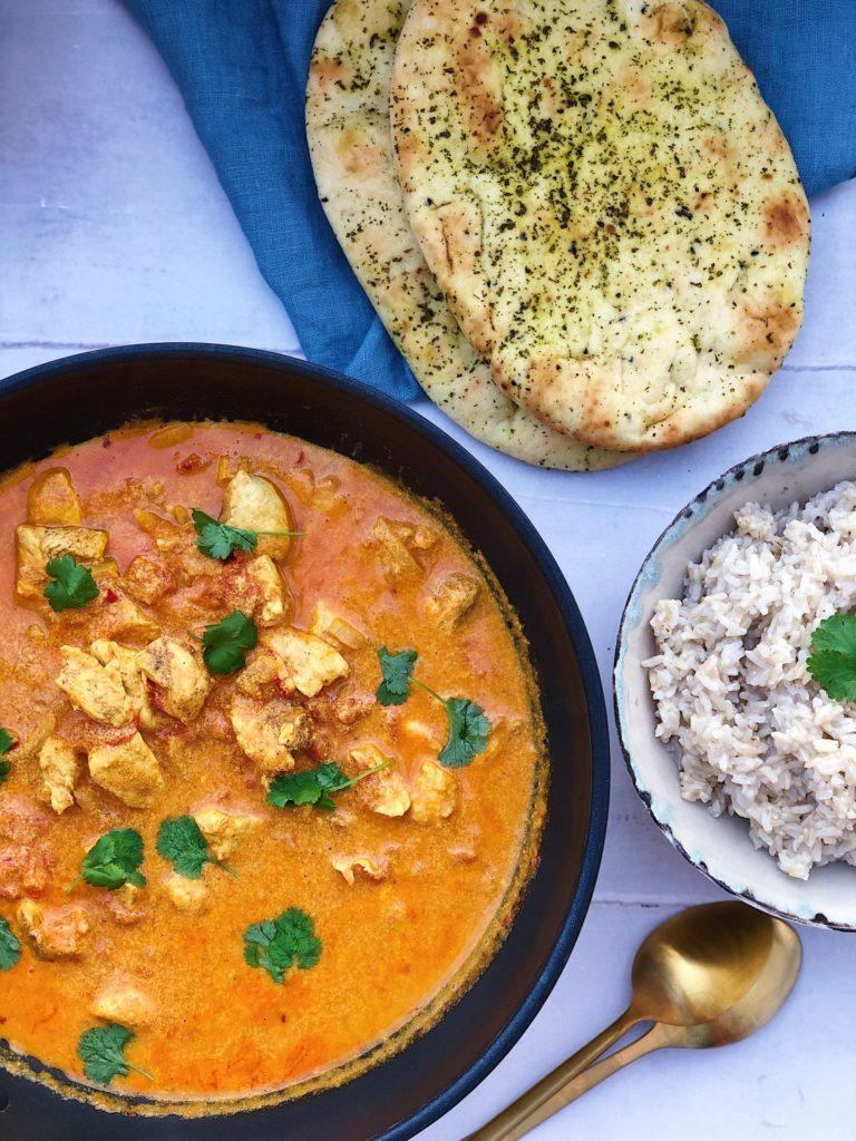 indisk butterchicken med ris og naanbrød